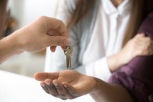 Una persona dándole las llaves a otra.