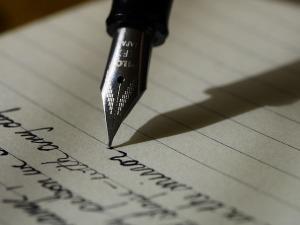 Imagen de una pluma escribiendo.