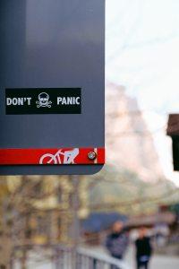 Pegatina con el texto: Don't panic.