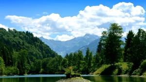 Imagen de un lago, un bosque y un cielo limpio.